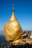 Kyaiktiyo-Pagode nannte auch Goldenfelsen Stockfotos