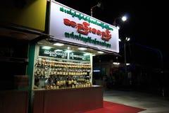 KYAIKTO, MYANMAR 27 DE ENERO: Tienda que vende campanas de viento budistas tradicionales Carillones de viento tradicionales de My Fotografía de archivo libre de regalías