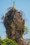 Kyauk Kalat塔 毛淡棉, Hha-an 缅甸 缅甸 小塔在一个陡峭的岩石被架设了 免版税库存图片