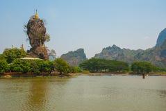 Kyauk Kalat塔 毛淡棉, Hha-an 缅甸 缅甸 小塔在一个陡峭的岩石被架设了 库存图片