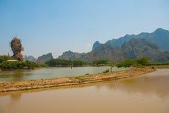 Kyauk Kalat塔 毛淡棉, Hha-an 缅甸 缅甸 小塔在一个陡峭的岩石被架设了 库存照片