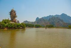 Kyauk Kalat塔 毛淡棉, Hha-an 缅甸 缅甸 小塔在一个陡峭的岩石被架设了 免版税图库摄影