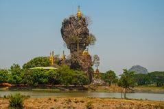 Kyauk Kalat塔 毛淡棉, Hha-an 缅甸 缅甸 小塔在一个陡峭的岩石被架设了 免版税库存照片