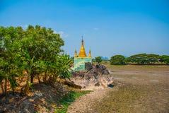 Kyauk Kalat塔 毛淡棉, Hha-an 缅甸 缅甸 金黄stupa 库存照片