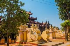 在容器Kyaung的Shwe是木柚木树修道院在曼德勒,缅甸 免版税库存照片