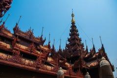 在容器Kyaung的Shwe是木柚木树修道院在曼德勒,缅甸 免版税库存图片