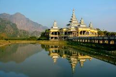 Kyaut-Ka Lat-buddhistischer Tempel, der im Wasser des Sees sich reflektiert Lizenzfreie Stockbilder