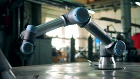 Kybernetischer Arm, der eine Tabelle an einer modernen Fabrik weitergeht stock video footage