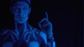 Kybernetischer Mann hebt seinen Finger aufwärts an und erregt Aufmerksamkeit Langsame Bewegung stock footage