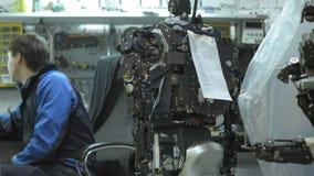 Kybernetisches System heute Forscher stellt einen modernen Roboter oder androides her Überprüft den beweglichen Mechanismus in de stock video