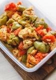 Kycklinggryta och olik grönsak-peppar, tomat, zucchini i plast- skyttlar för lagring i kylskåpet eller frysning arkivbilder