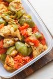Kycklinggryta och olik gr?nsak-peppar, tomat, zucchini i plast- skyttlar f?r lagring i kylsk?pet eller frysning arkivbild