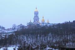 Kyievo-Pechers `在蓝天背景的钾lavra冬天视图  它是一个历史的正统基督徒修道院 雾房子横向早晨剪影结构树 免版税图库摄影