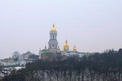 Kyievo-Pechers `钾lavra和Belltower在蓝天背景 它是一个历史的正统基督徒修道院 雾房子横向早晨剪影结构树 库存图片