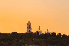 Kyiv与金黄圆屋顶的pechersk lavra在日落 库存图片