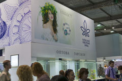 Kyiv首饰在春天珠宝商期间的工厂摊  免版税库存图片