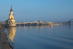 "KYIV,乌克兰†""2016年11月16日:对堤防的早晨视图在内河港附近 城市克里姆林宫横向晚上被反射的河 库存图片"