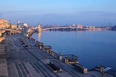 """KYIV,乌克兰†""""2016年11月16日:对堤防的早晨视图在内河港附近 城市克里姆林宫横向晚上被反射的河 免版税库存图片"""