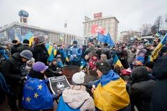 KYIV,乌克兰:在反政府抗议期间,许多人民由在冷的占领Maidan广场的火温暖自己 图库摄影