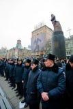 KYIV,乌克兰:守卫共产主义领导人列宁的纪念碑的警察在亲欧洲抗议期间 免版税库存图片