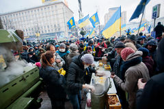 KYIV,乌克兰:抗议者吃食物在街道kitch 库存照片