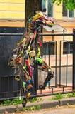 KYIV,乌克兰:2017年5月01日, -现代艺术对象 马雕塑由各种各样的厨房辅助部件被做 免版税库存照片