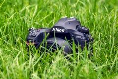 Kyiv,乌克兰16 05 2018 - 尼康D850与Nikkor的照相机特写镜头在草的50 mm透镜 免版税库存照片