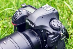 Kyiv,乌克兰16 05 2018 - 尼康D850与Nikkor 70-200透镜的照相机特写镜头在草 免版税库存照片