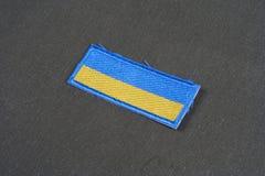 KYIV,乌克兰- 2015年7月, 16日 在被伪装的制服的乌克兰军队旗子补丁一致的徽章 免版税库存照片