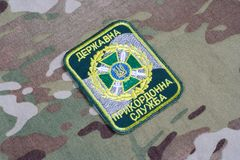 KYIV,乌克兰- 2015年7月, 16日 在被伪装的制服的乌克兰边防卫兵一致的徽章 库存照片