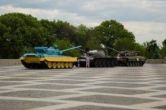 KYIV,乌克兰- 2017年6月1日,做照片的年轻家庭在站立在祖国的那个三panzers在Kyiv,英国摆正 免版税库存图片