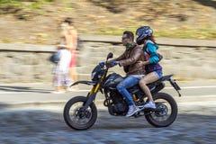 Kyiv,乌克兰- 2017年11月14日:乘坐motorb的男人和妇女 图库摄影
