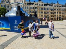 KYIV,乌克兰- 2018年5月26日:冠军同盟,皇家马德里队的爱好者的决赛在Sofiyskaya方形近站立 库存照片