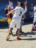 KYIV,乌克兰- 2018年5月26日:冠军同盟,皇家马德里队的爱好者的决赛在Sofiyskaya方形近站立 免版税库存照片
