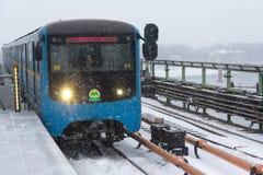 Kyiv,乌克兰- 2018年3月02日:在桥梁的地铁火车 免版税库存图片