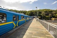 Kyiv,乌克兰- 2017年11月14日:地铁在地铁sta的列车车箱 库存图片