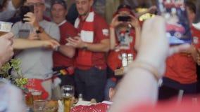 Kyiv,乌克兰- 2018年5月26日:射击在电话-冠军同盟的足球迷 影视素材