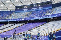 KYIV,乌克兰- 2018年5月26日:观看在安全委员会Olimpiyskiy体育场里面在稀土之间的2018年欧洲联赛冠军杯决赛前 库存图片
