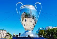 KYIV,乌克兰- 2018年5月26日:UEFA,冠军同盟杯的模型,决赛的准备 库存图片