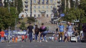 Kyiv,乌克兰- 2018年5月26日-走在大街的人们在城市 股票录像