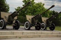 KYIV,乌克兰- 2017年6月1日,站立外面在第二次世界大战博物馆的三个苏联短程高射炮武器在Kyiv,乌克兰 免版税库存图片