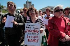 KYIV,乌克兰- 2015年5月, 11日:活动家拿着一张海报要求被抓住的飞行员纳迪亚Savchenko发行  免版税库存照片