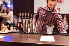 Kyiv,乌克兰- 2016年10月30日, :男服务员节日 年轻英俊的侍酒者做鸡尾酒 免版税库存照片