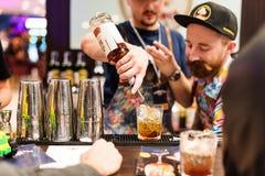 Kyiv,乌克兰- 2016年10月30日, :男服务员节日 年轻英俊的侍酒者做鸡尾酒 免版税库存图片