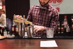 Kyiv,乌克兰- 2016年10月30日, :男服务员节日 年轻英俊的侍酒者做鸡尾酒 库存图片