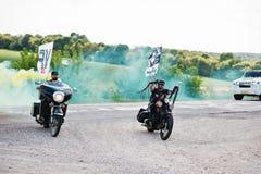Kyiv,乌克兰- 8月31 :与烟幕弹acco的两个骑自行车的人乘驾 免版税库存照片