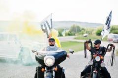 Kyiv,乌克兰- 8月31 :与烟幕弹acco的两个骑自行车的人乘驾 库存图片