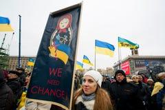KYIV,乌克兰- 11月28 :有一张海报的女孩反对 免版税图库摄影