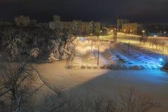 KYIV,乌克兰12月19,2017 :清早城市的住宅区风景照片在飞雪以后夜  库存照片