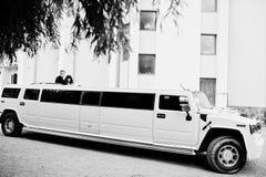 Kyiv,乌克兰- 8月31 :高雅白色婚礼大型高级轿车胡姆 库存图片